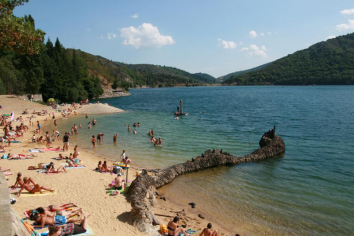 Plage du lac de Villefort © Office de Tourisme de Villefort